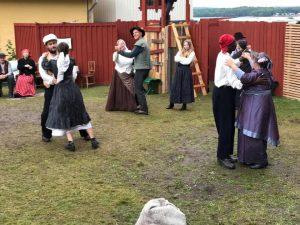 Dansande par på festplats